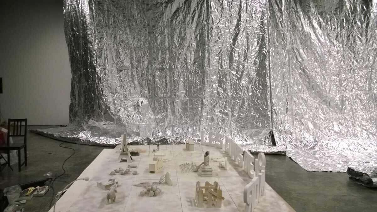 """""""Les Camps de l'Amor"""" de David Noir au Générateur   Fabrication et installation du décor d'aluminium par Any Tingay   Photo © David Noir"""