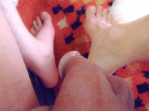 Ma verge en plongée au-dessus de mes pieds |Ma queue branlée | Détails de mon sexe |Autoportrait |Ma bite, mon amie © David Noir